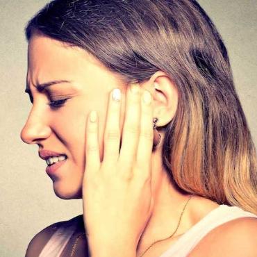 Зубная боль отдает в висок, может ли болеть ухо от зуба, что делать?