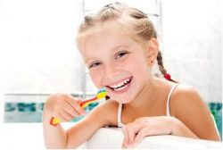 чистим зубки у ребенка